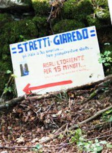 cartello con indicazione per raggiungere gli Stretti di Giaredo